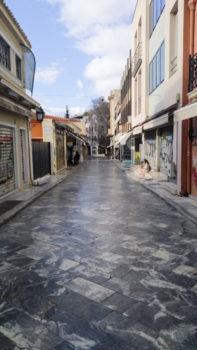 Το τάισμα των γατών στην Αθήνα δέχτηκε πλήγμα καθώς πολλοί εθελοντές επέστρεψαν στα σπίτια τους.